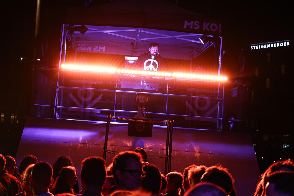 Dj Percy legt an Board der MS KOI auf bei der Deka Dance Cruiseline